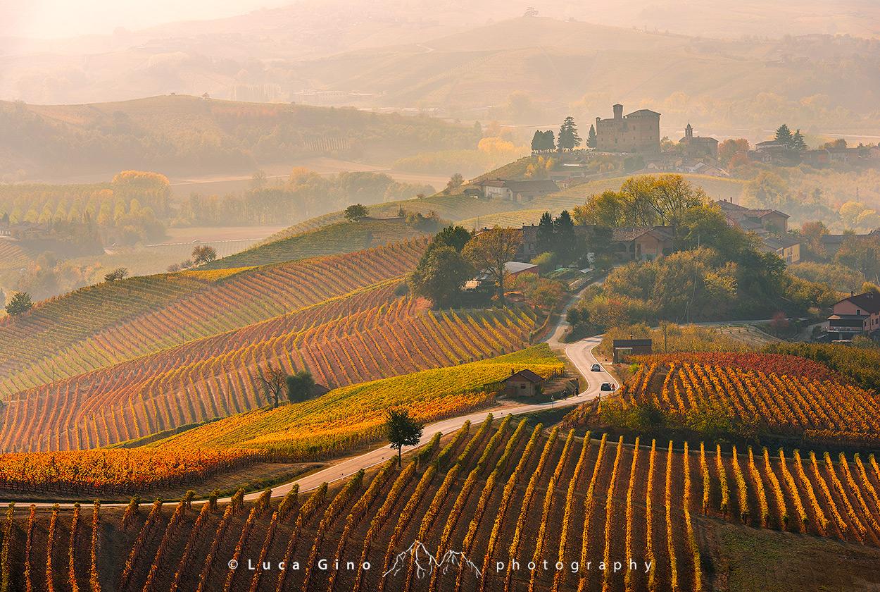 Grinzane Cavour il castello ed i vigneti in autunno