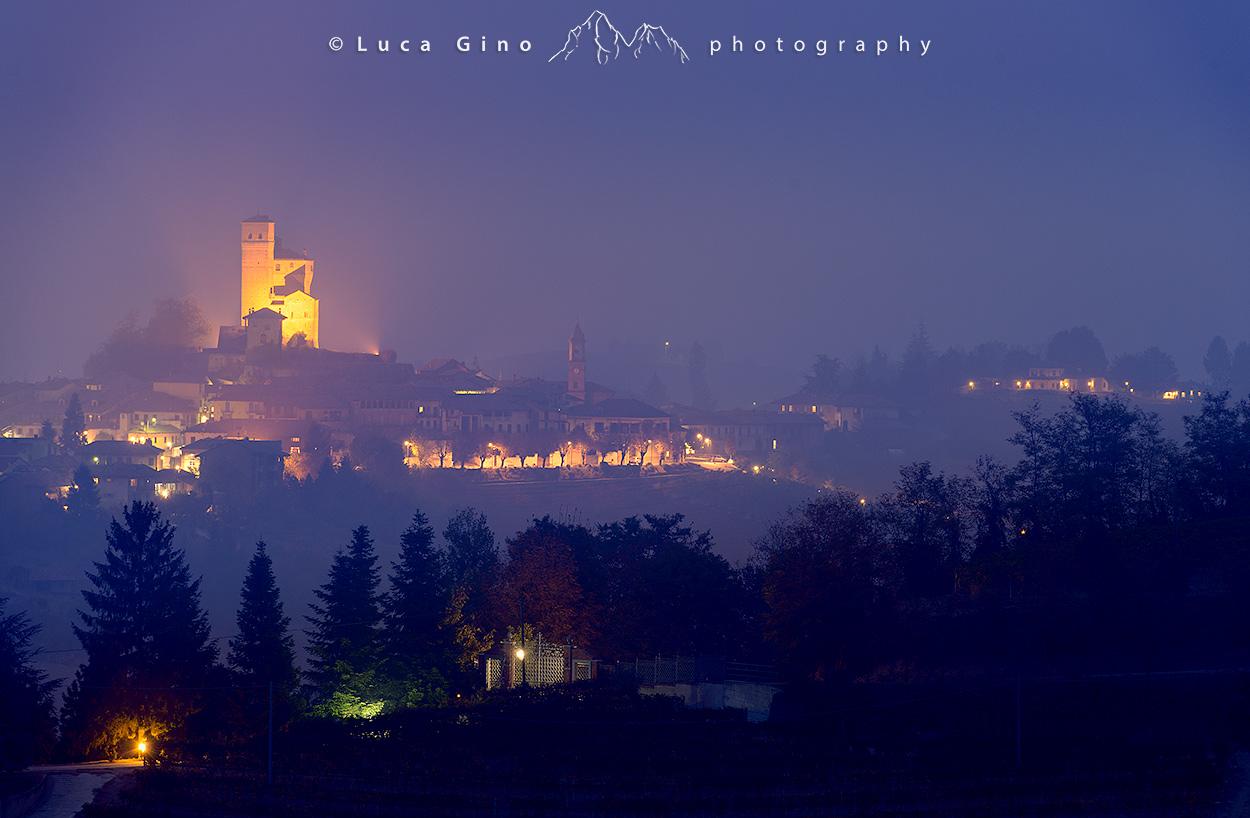 Il Castello di Serralunga nella nebbia all'ora blu