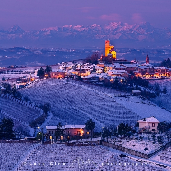 Serralunga d'Alba in inverno all'ora blu