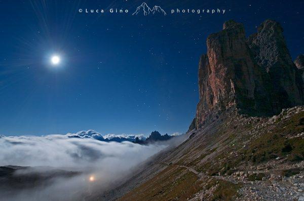 Le Tre Cime di Lavaredo, la Luna Piena, il Sagitario e le nuvole basse spora al Rifugio Lavaredo