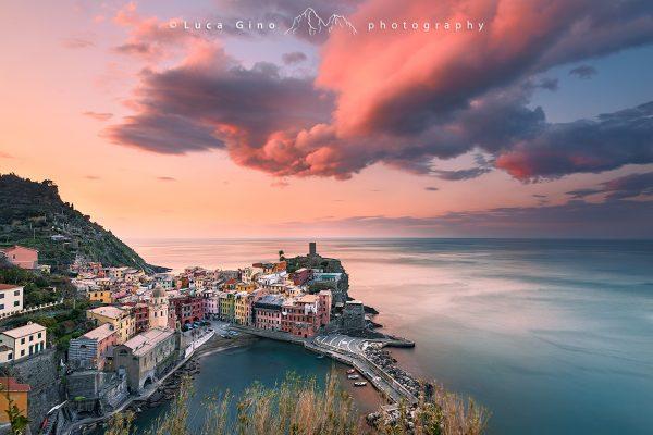 Le nuvole colorate sul porto di Vernazza all'alba, cinque terre
