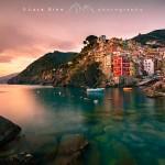 Riomaggiore al tramonto e il suo porticciolo, borgo marinaro ligure delle Cinque Terre