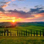 Il Podere Baccoleno e le Crete Senesi e i cipressi al tramonto