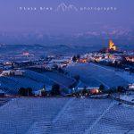 Paesaggio invernale delle Langhe, Serralunga d'Alba, borgo medioevale e castello