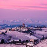 Le Langhe e Serraluga d'Alba in inverno, vigneti innevati al tramonto
