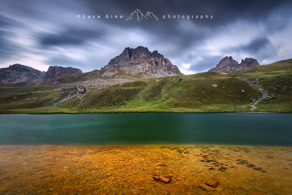 contrasti di colore al lago dell Oronaye valle dell'ubayette