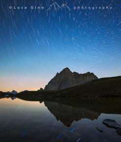 Rocca la Meja sotto un vortice di stelle