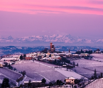 Langhe e Serralunga d'Alba al tramonto in inverno.