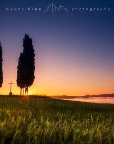 I cipressi e la croce della Val d'Orcia