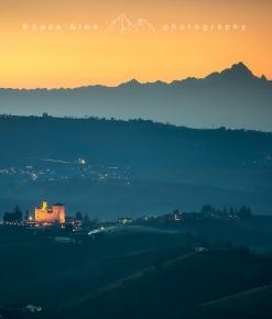 Il castello di Grinzane Cavour ed il Monviso al crepuscolo