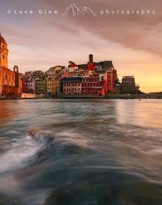 Il porto e il borgo di Vernazza al tramonto