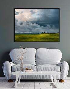 I campi, i Casali e le nuvole temporalesche in Val d'Orcia