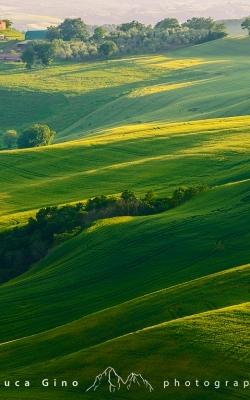 Luce Radente su colline e casali