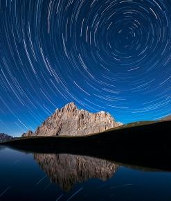 Un vortice di stelle sopra rocca La Meja