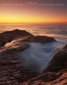 Arriva l'alba sulla scogliera dei Balzi Rossi