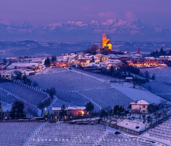 Serralunga d'Alba in inverno all'ora blu
