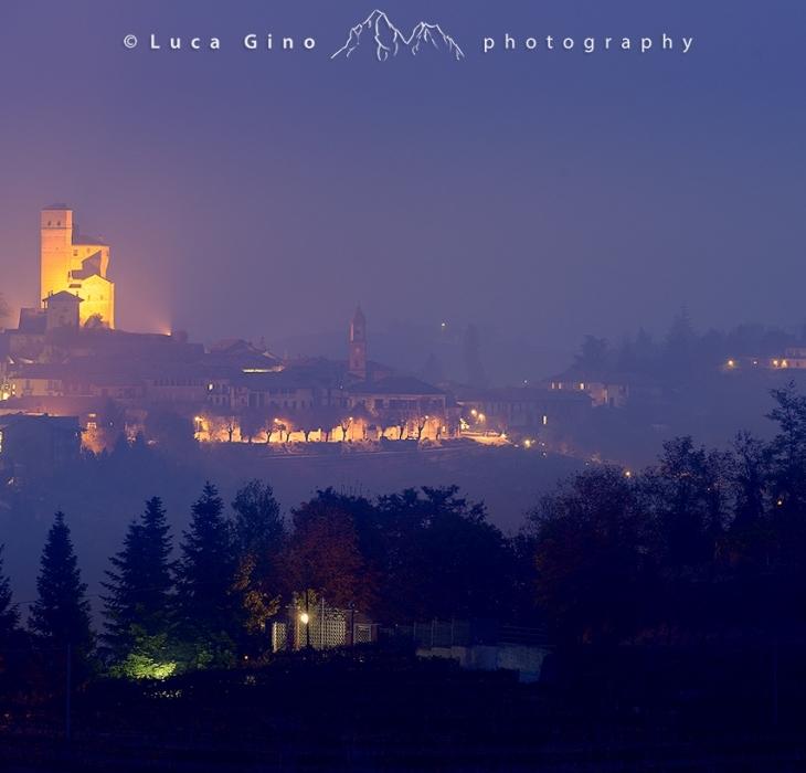 Il Castello di Serralunga d'Alba all'ora blu