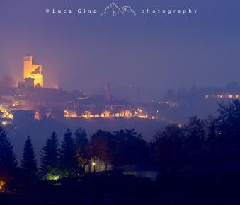 Il castello di Serralunga d'Alba nella nebbia